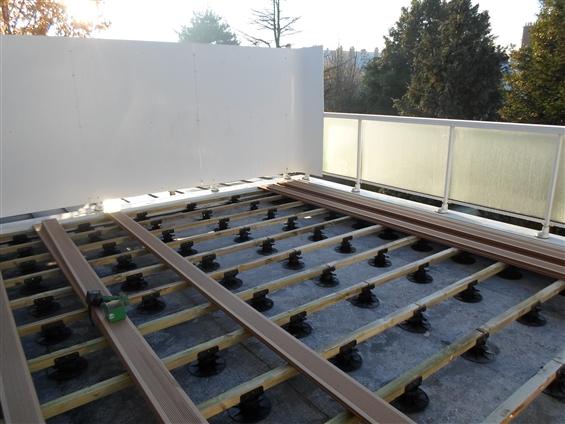 Réalisation en cours d'une terrasse bois à NANTES 44300.
