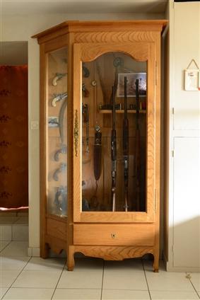 Armoire à fusils en chêne clair réalisée à Pontchâteau.