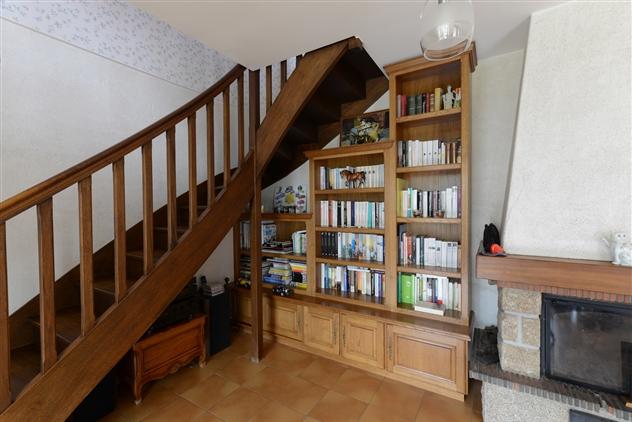 Bibliothèque rustique en chêne sous escalier réalisée à Savenay.